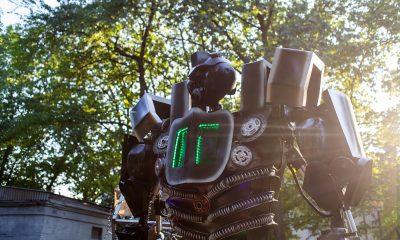 Oгромни движещи се роботи на паркинга на The Mall 275