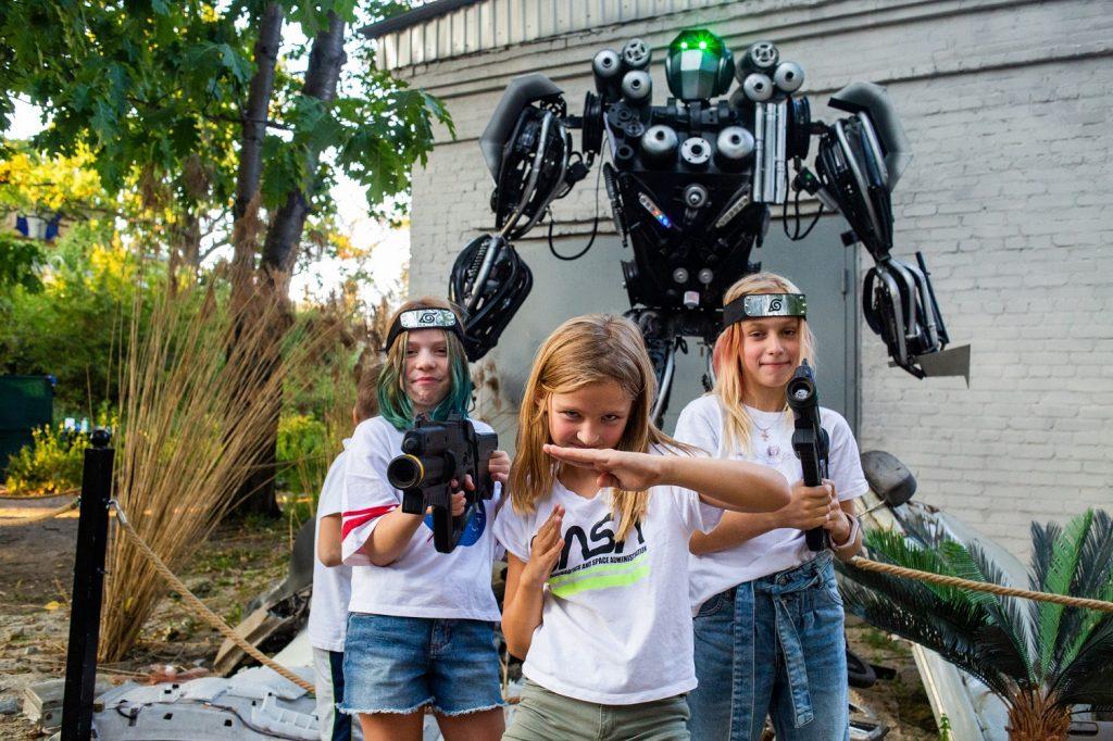 Oгромни движещи се роботи на паркинга на The Mall 147