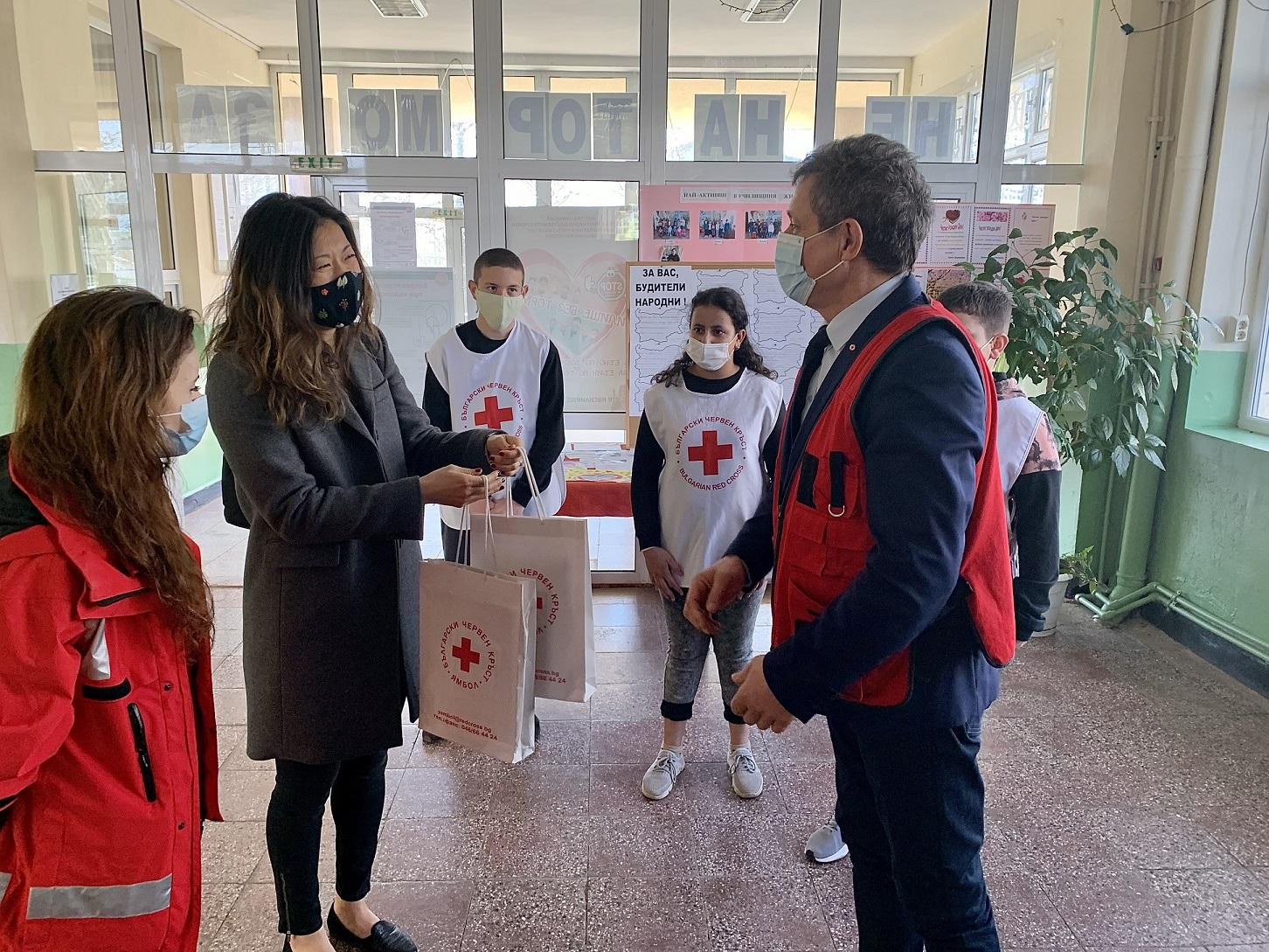 БЧК и Посолството на САЩ в България предоставиха образователни и творчески пакети на деца в област Ямбол 141