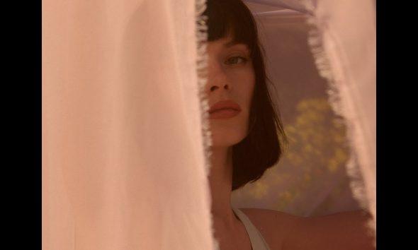 """Winona Oak пусна красивия и откровен нов сингъл """"Old Insecurities"""" 29"""
