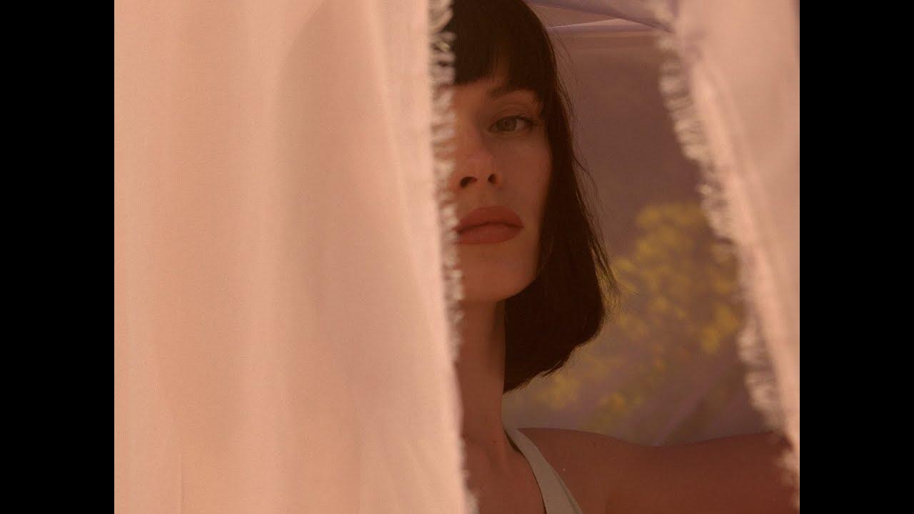 """Winona Oak пусна красивия и откровен нов сингъл """"Old Insecurities"""" 28"""