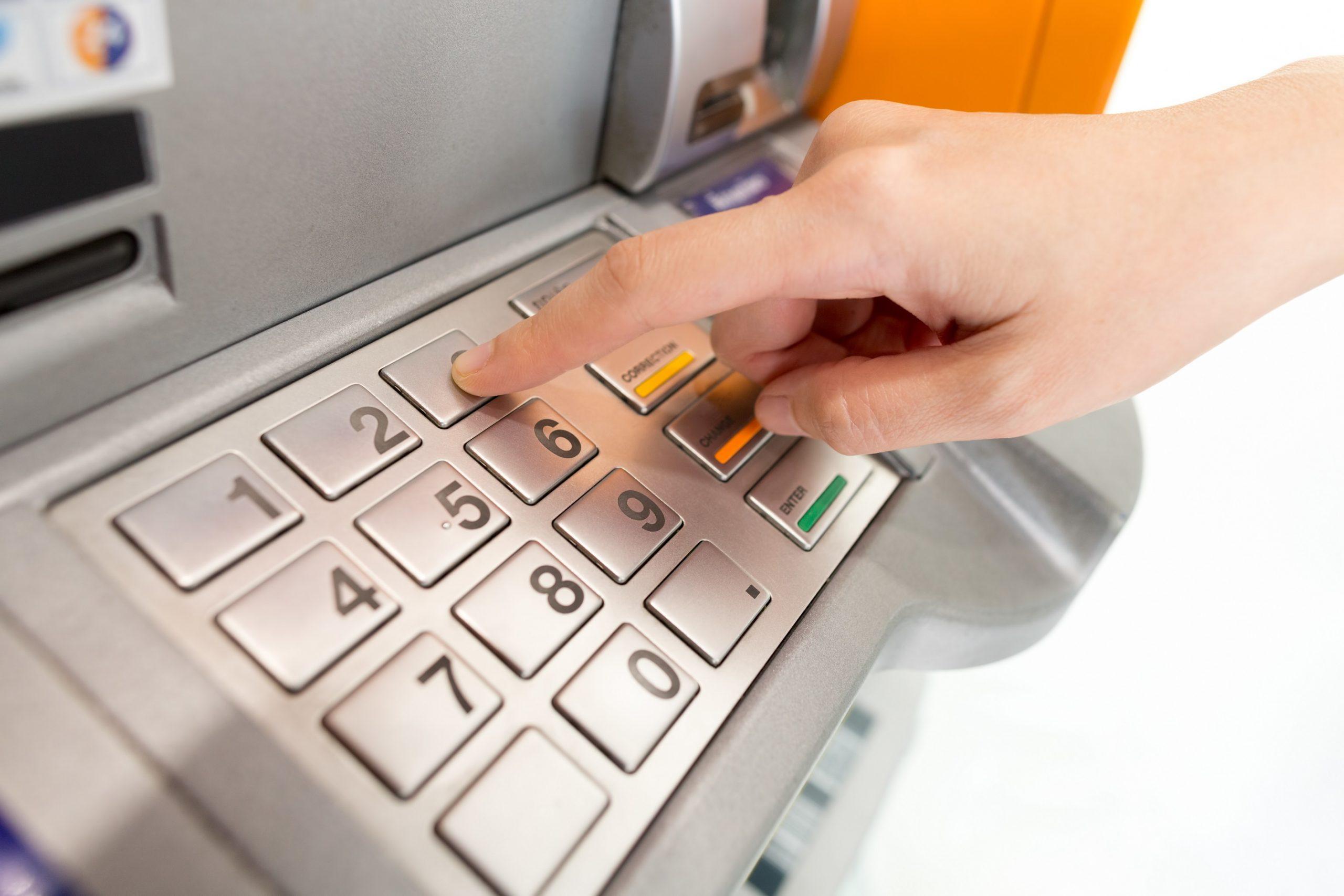 Защо плащаме такси, когато използваме банкомат? 41